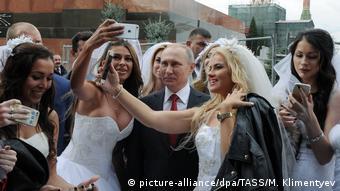 Путин позирует на Красной площади с невестами, 2016 год