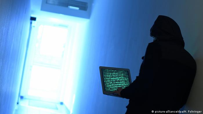 Hacker at work (picture-alliance/dpa/H. Fohringer)