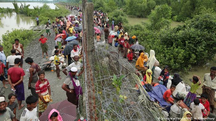 Milhares de Rohingya aguardam na fronteira de Myanmar com Bangladesh