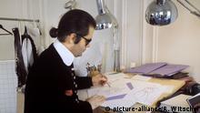 Der in Hamburg geborene deutsche Modedesigner Karl Lagerfeld zeichnet Entwürfe an einem Tisch in seinem Atelier in Paris, aufgenommen im Frühjahr 1979.   Verwendung weltweit