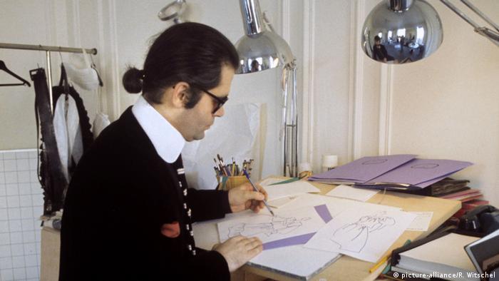 Designer Lagerfeld draws in 1979 in his atelier in Paris (Foto: picture-alliance/R. Witschel)