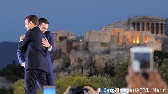 Απεικόνιση της ελληνογαλλικής φιλίας με φόντο την Ακρόπολη