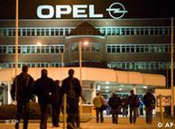 Personal del primer turno llega a la planta de Opel en Bochum, Alemania.