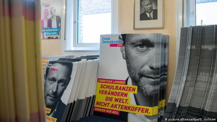 Deutschland Bundestagswahl - Wahlplakate FDP Lindner (picture alliance/dpa/S. Gollnow)