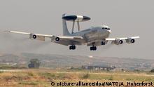 HANDOUT- ARCHIV- Ein AWACS-Aufklärungsflugzeug fliegt am 08.10.2004 über dem Flughafen des vorgeschobenen Militärstützpunkts in Konya (Türkei). (Zu dpa Presse bleibt bei Türkei-Reise von Bundestagsabgeordneten außen vor vom 31.08.2017). ACHTUNG: Nur zur redaktionellen Verwendung und nur bei Nennung der Quelle: Foto: Andrea Hohenforst/NATO/dpa +++(c) dpa - Bildfunk+++  