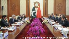 Pakistan Außenminister Khawaja Muhammad Asif zu Besuch in China (picture-alliance/AP Images/L. Zhang/Pool)