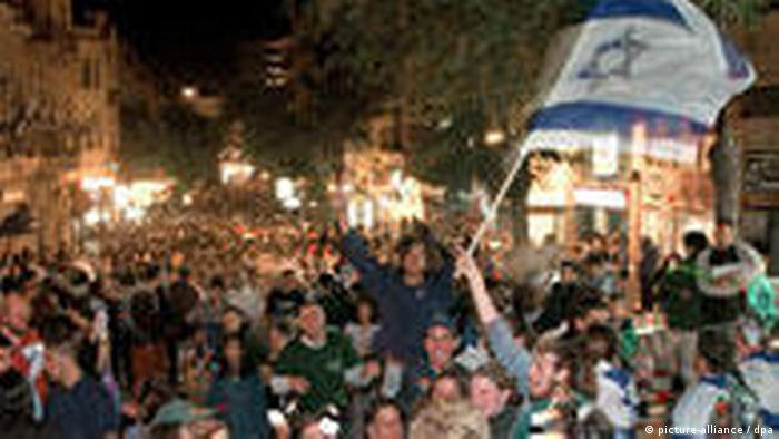 Hundertausende feiern 50 Jahre Israel Rabin Platz Tel Aviv (picture-alliance / dpa)