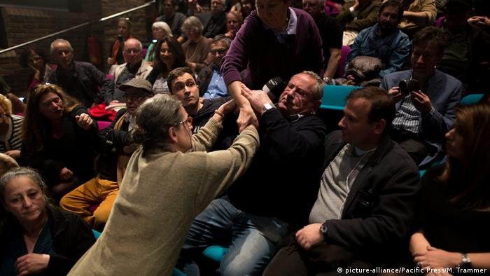 A tussle at the event featuring BDS and its critics (picture-alliance/Pacific Press/M. Trammer)