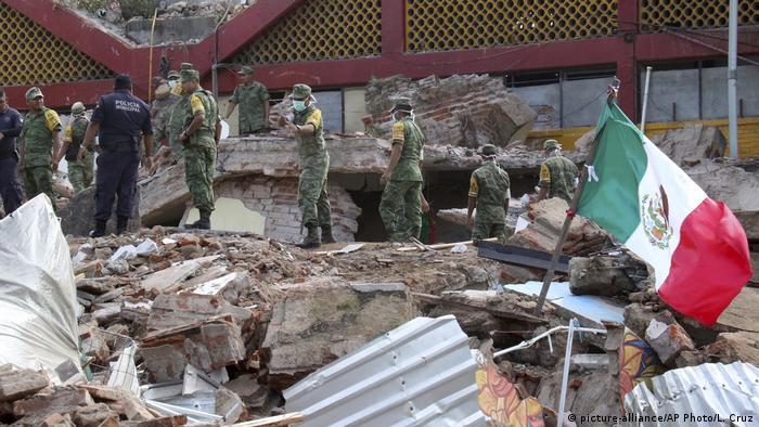 Mexico Juchitan Erdbeben Soldaten Brgungsarbeiten (picture-alliance/AP Photo/L. Cruz)