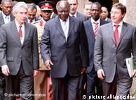 Mwai Kibaki, presidente de Kenia (centro) y Achim Steiner,director del Programa de Naciones Unidas para el Medio Ambiente (izq).