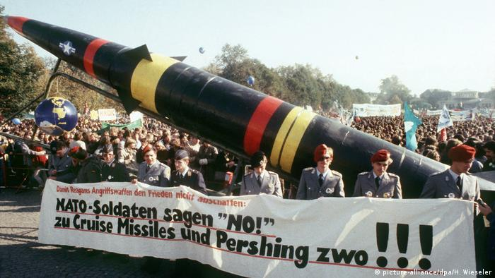 In 1983, Germany's then-capital, Bonn, saw massive demonstrations against the atomic weapons held on US bases in Germany (picture-alliance/dpa/H. Wieseler)