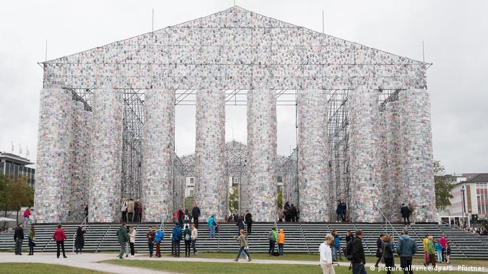 Deutschland Kassel - Documenta: Vollendung des Bücher-Pantheons (picture-alliance/dpa/S. Pförtner)