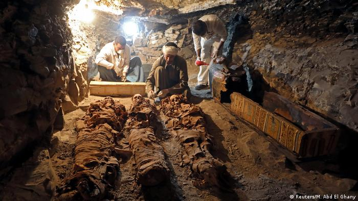 Arqueólogos egípcios descobrem múmias em Luxor