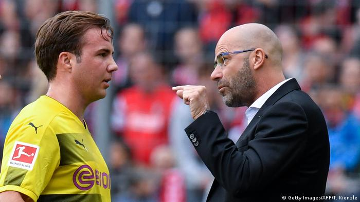 Peter Bosz talks to Mario Götze (Getty Images/AFP/T. Kienzle)