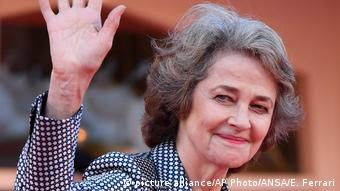 Rampling arrives at Venice Film Festival and waves (picture alliance/AP Photo/ANSA/E. Ferrari)