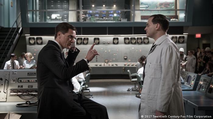 Filmstill aus The Shape of Water mit Szene in Labor und zwei Männern im Gespräch (2017 Twentieth Century Fox Film Corporation)
