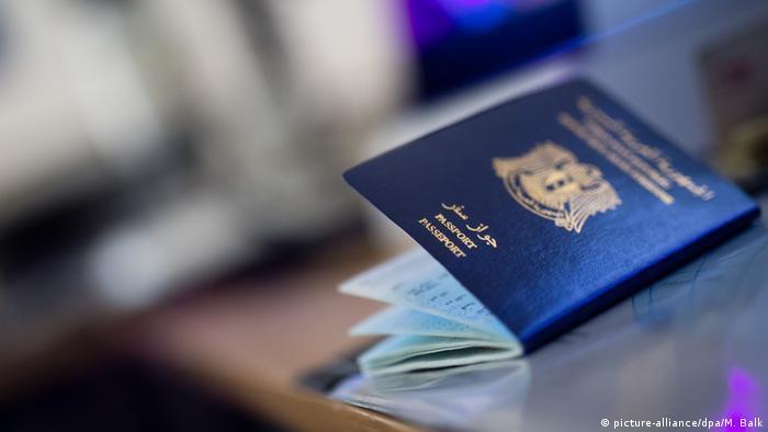 Syrischer Pass (picture-alliance/dpa/M. Balk)