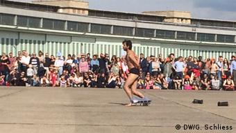 Syrian dancer Mithkal Alzghair performing at Tempelhof airfield (DW/G. Schliess)