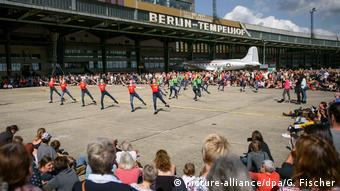 Youth ballet performing at Tempelhof airfield (picture-alliance/dpa/G. Fischer)