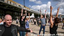 Der Tänzer und Choreograph, Boris Charmatz (2.v.r.), zeigt am 10.09.2017 in Berlin Besuchern des Fous de danse - Ganz Berlin tanzt auf Tempelhof der Volksbühne auf dem Tempelhofer Feld Aufwärmübungen und Tanzschritte. Fous de danse ist eine ganztägige Tanzaufführung der Volksbühne auf dem Tempelhofer Feld mit freiem Eintritt. Foto: Gregor Fischer/dpa | Verwendung weltweit