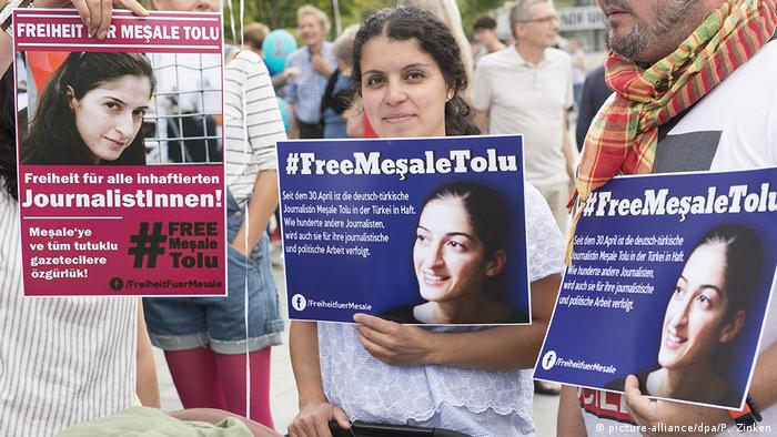 Protesters holding posters of Mesale Tolu (picture-alliance/dpa/P,. Zinken)