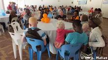 Bildbeschreibung: Abschluss-Zeremonie der Kampagne für kostenlose Unterstützung von Menschen mit Albinismus, die unten Sehstörungen, einschließlich Katarakte, leiden. Die Kampagne bestand aus ophthalmologischen Beratungen durch ein Team von portugiesischen Fachärzten, die nach Mosambik gereist sind und etwa 160 Menschen mit Albinismus beraten haben. Auf dem Bild ist eine Familie zu sehen, die an der Kampagne teilgenohmen hat. Datum: 10.09.2017. Ort: Manica, Mosambik.