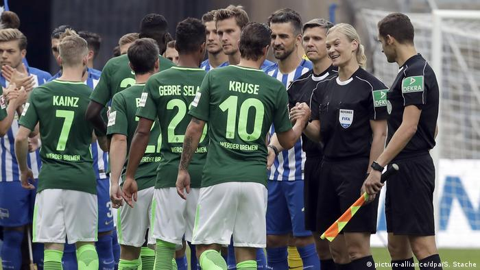Bundesliga Berlin vs Bremen Bibiana Steinhaus (picture-alliance/dpa/S. Stache)
