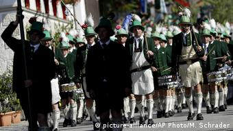 Wackersberg men in green uniforms with feathered caps (picture-alliance/AP Photo/M. Schrader)