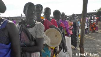 People in a line at a South Sudan aid station (DW/J.P. Scholz)