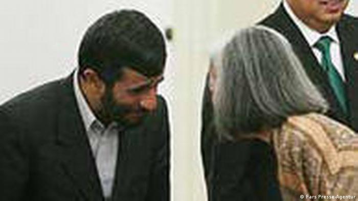 محمود احمدینژاد به زنان دست نمیدهد