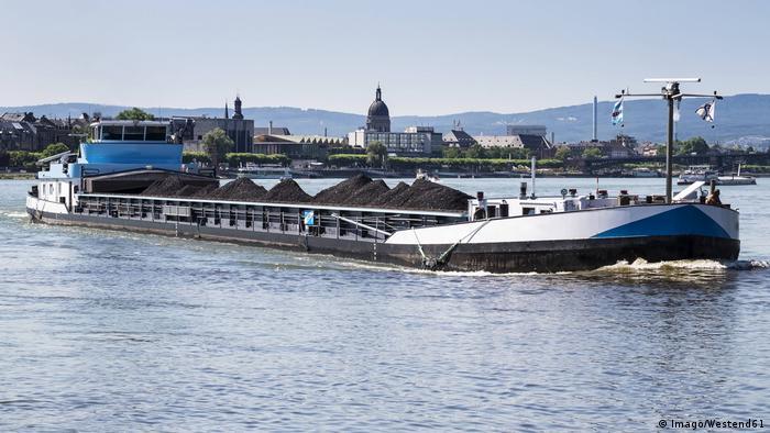 Deutschland Kohlefrachter auf dem Rhein (Imago/Westend61)