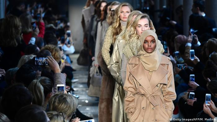 Bildergalerie Ex-Flüchtling Halima Aden wird Hijab Model in USA Fashion week in Mailand (Getty Images/AFP/M. Medina)