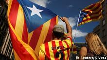 Demonstranten in den Farben Kataloniens