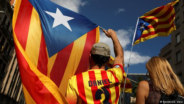 People wave Catalan separatist flags as they gather ahead of a rally on the regional national day in Barcelona, Spain (Katalanische Separatisten Flagge) (Reuters/S. Vera)