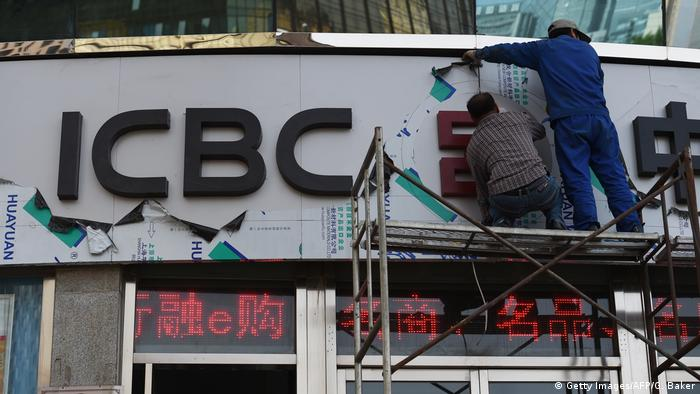 China Peking ICBC Filiale Schild Arbeiter (Getty Images/AFP/G. Baker)