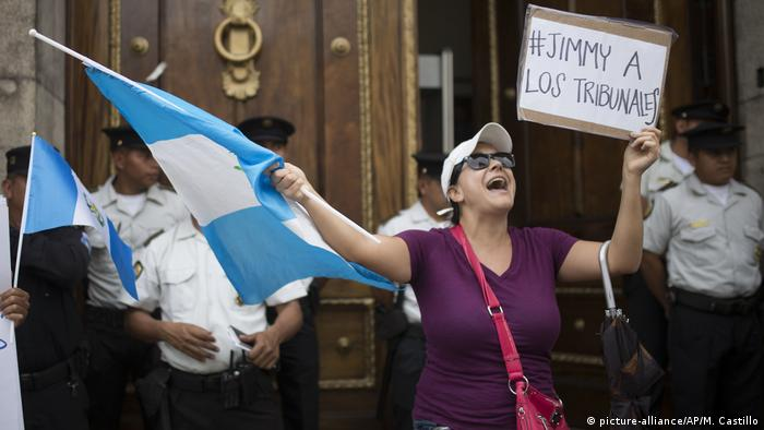 Guatemala Debatte Immmunität Anti Jimmy Morales Protest (picture-alliance/AP/M. Castillo)