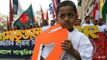 روز جهانی زبان مادری را برای نخستین بار بنگلادش به سازمان ملل متحد پیشنهاد کرد و مردم این کشور هر سال آن را پاس میدارند.