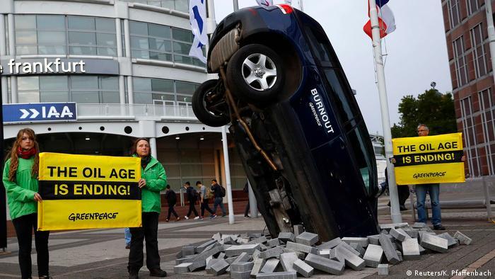 Демонстрация активистов Greenpeace во Франкфурте