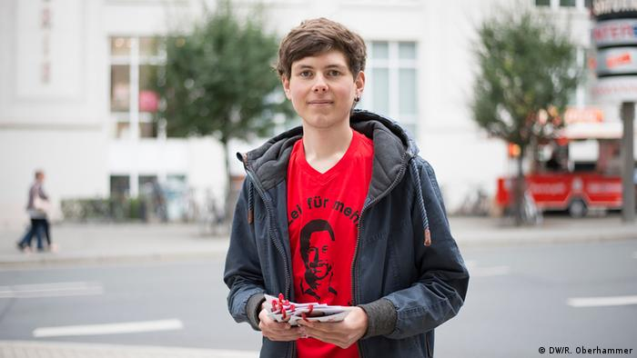 SPD campaigner Jan Wieczorek from Christoph Matschie's team standing on the street in Jena in Thuringia (DW/R. Oberhammer)