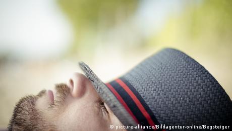 Schlafender Mann mit Hut (picture-alliance/Bildagentur-online/Begsteiger)