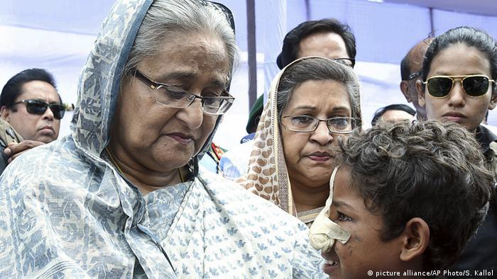 La primera ministra de Bangladés, Sheikh Hasina, visitó uno de los campamentos de refugiados rohinyás y prometió continuar con la distribución de alimentos y servicios sanitarios. Según la agencia estatal BSS. 370.000 miembros de esta minoría musulmana llegaron a Bangladesh desde el pasado 25 de agosto. (12.09.2017).