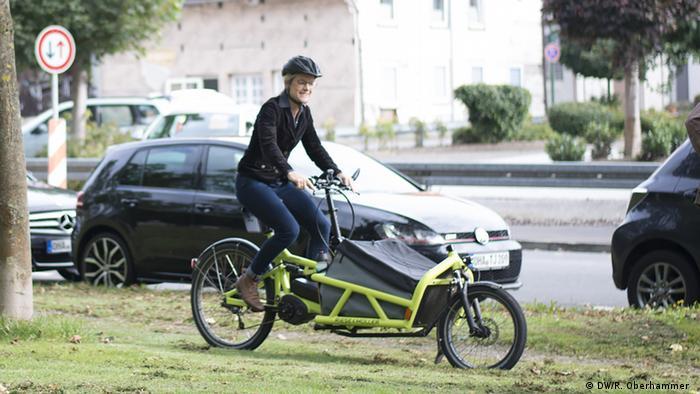 Viola von Cramon, Bundestagskandidatin für B90/Die Grünen, fährt in Osterode E-Bike (Foto: DW/R. Oberhammer)