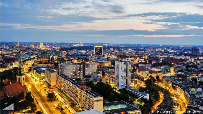 Über den Dächern von Berlin (picture-alliance/dpa/P. Zinken)