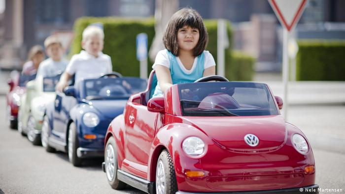 A child drives a model VW Beetle (Nele Martensen)
