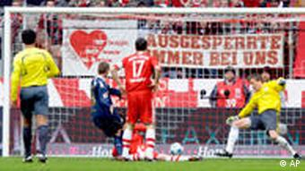 FC Cologne's Daniel Brosinski, second left, shoots the second goal for his team against Bayern