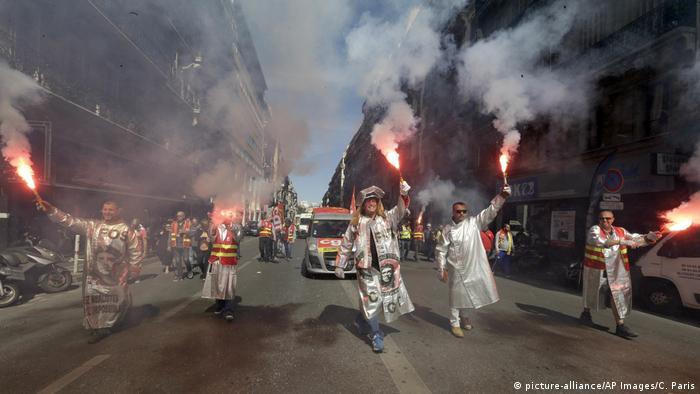 Frankreich Protest gegen die Arbeitsmarktreform in Marseille (picture-alliance/AP Images/C. Paris)