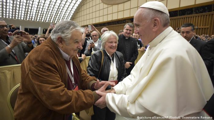 Vatikan Jose Mujica und Frau Lucia Topolansky (picture-alliance/AP Photo/L´Osservatore Romano)