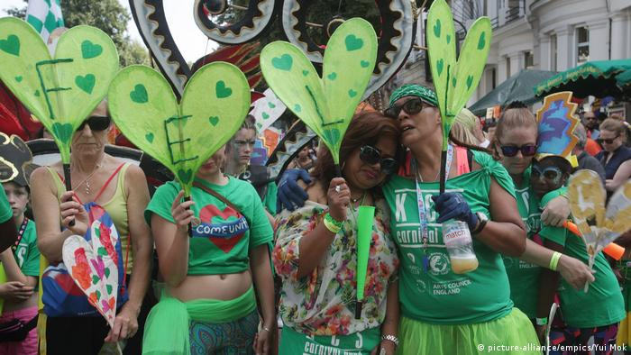people with green paper hearts, sad, at Notting Hill Carnival 2017 (picture-alliance/empics/Yui Mok)
