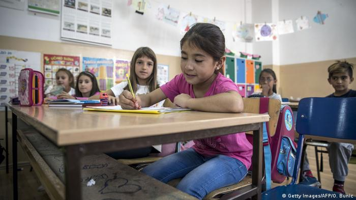 UN warns migrant children are missing out on education | News | DW