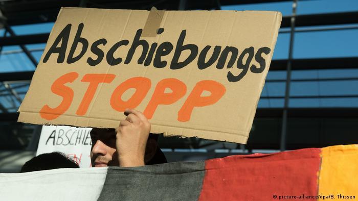 Deutschland Protest gegen Sammelabschiebung nach Afghanistan in Düsseldorf